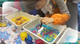 Ребенок рисует Эбру